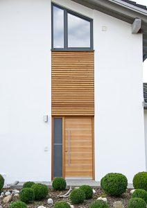 Holzelemente am Haus